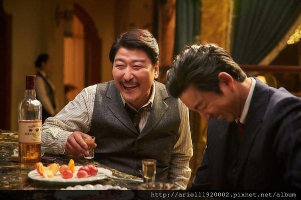 《密探》拍片現場熱絡,圖為宋康昊(左)、孔劉(右)-768x512